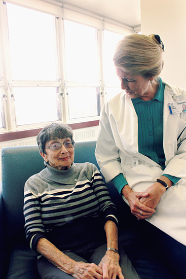 Clinical nurse specialist Joann Creager chats with Goldie Steinberg, a patient of the MUHC Geriatric Day Hospital
