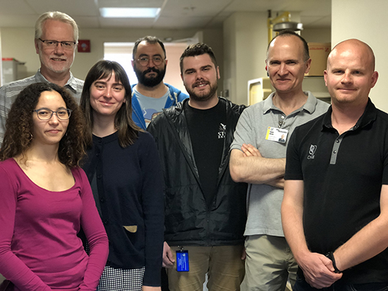 From left to right : Zahra Thirouin (study co-author), Claire Gizowski, Josh Wyrosdic (study co-author), Daniel Voisin, Xander Seymour (front row) avec Charles Bourque (study's lead author) et Cristian Zaelzer (back row), in their lab at the Research Institute of the MUHC, Montreal General Hospital.